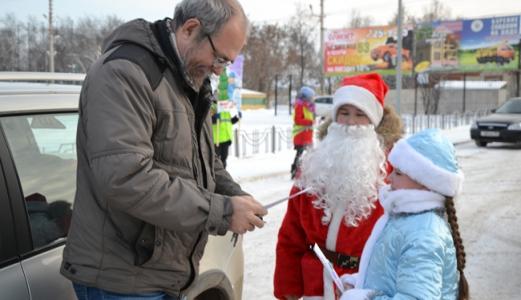 Полицейский Дед Мороз и музыканты оркестра МВД Татарстана подарили праздник детям